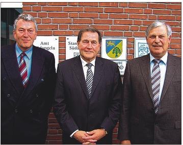 Amtsvorsteher Hans-Werner Berlau mit seinen Stellvertretern Johannes Petersen (li) und Hans-Helmut Guthardt (re).