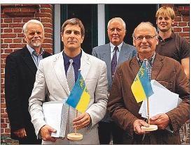 Nach der Ehrung mit Kreisflagge und Urkunde: Wolfgang Börnsen, Hans-Joachim Thomsen, Holger Groteguth, Lorenz Jacobsen, Leve Börnsen (v. l.)