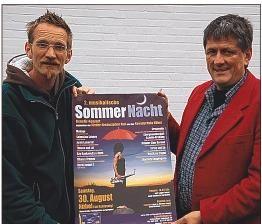 """Laden zur musikalischen Sommernacht ein: Jonny Möller vom""""Mobago""""-Management und Bürgermeister Jürgen Augustin (rechts). Foto: Kuehn"""
