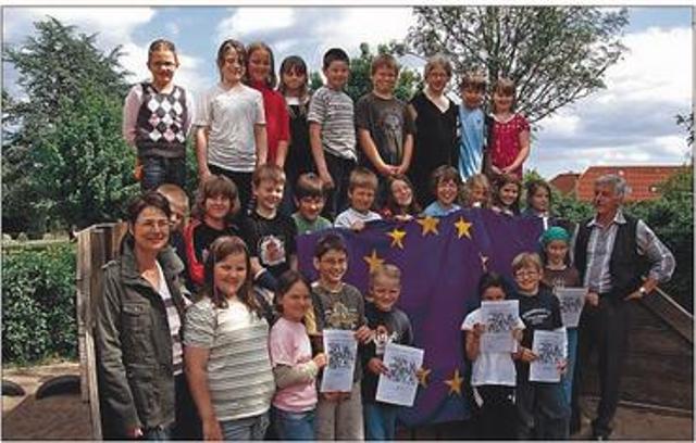 Schüler der 3. Klasse der Boy-Lornsen Grundschule Schaalby mit Europaflagge