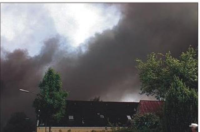 Dichter Rauch über den Dächern von Böklund