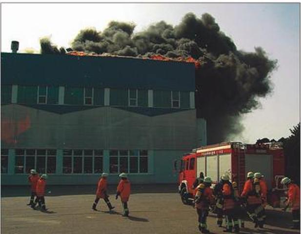 Hohe Flammen schlagen aus dem Werksgebäude